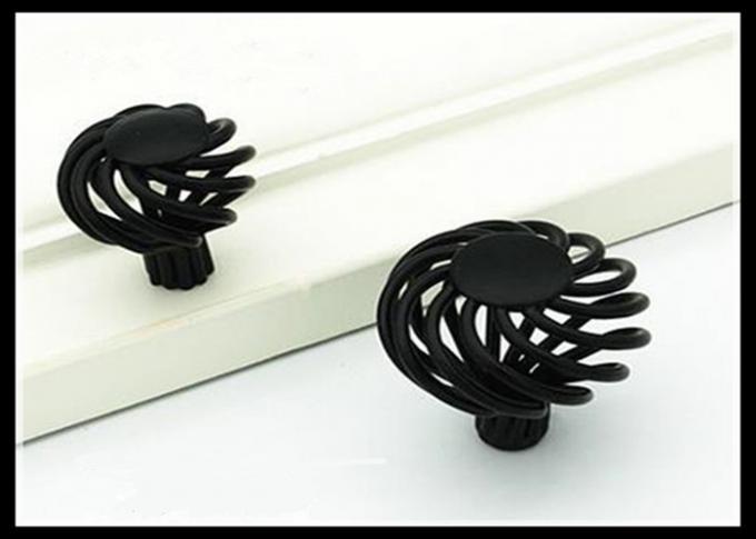Birdcage-schwarze Küchenschrank-Griffe und antike Messingmöbel ...